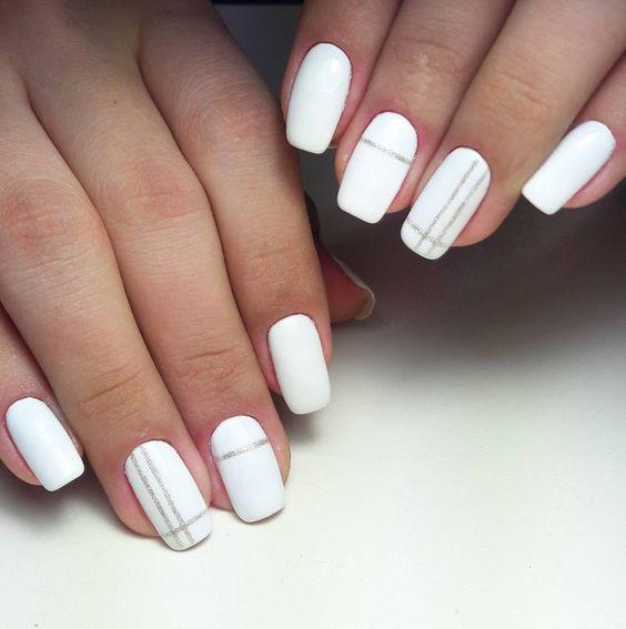 Красивый серебристо белый маникюр