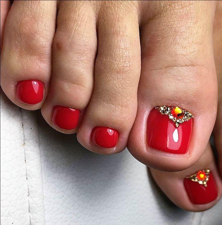 Ногти-френч актуальны как на ногах, так и на руках в любое время года и уже несколько сезонов не сходят с подиумов.