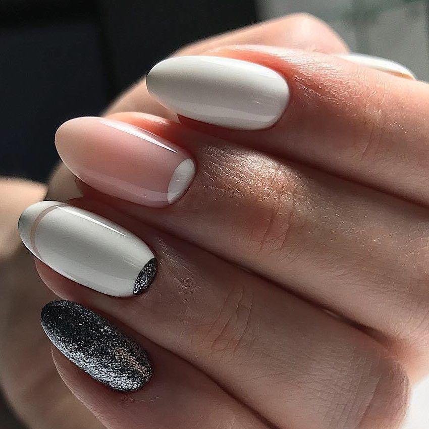 Роскошно смотрится на ногтях оттенок белого золота – неброский золотистый с примесью серого тона, а также оттенок розового золота – светло-золотой с частичкой розового.