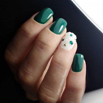 Изумрудный дизайн ногтей: модные тенденции, 72 фото