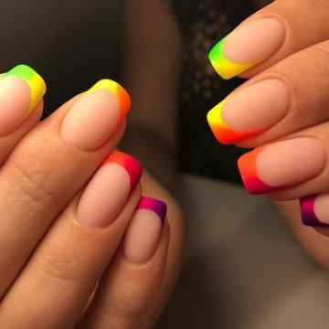 Цветной и разноцветный френч: фото-идеи 2019-2020