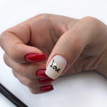 Модный нейл-дизайн с подписями: новинки 2020 года